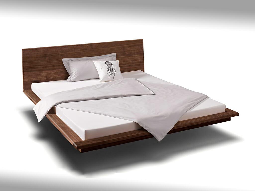 Niedriges Bett mit gerader Lehne
