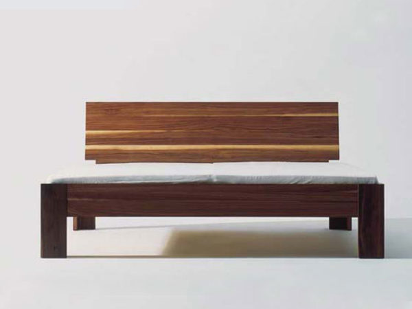 Bett mit Steckverbindern aus Holz