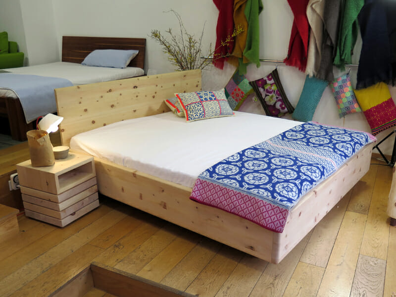 Massives Bett aus Zirbenholz