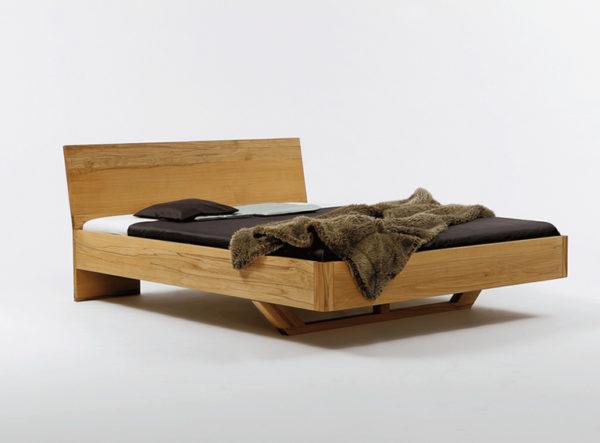 Massives Bett mit Fuß als Holzkufe