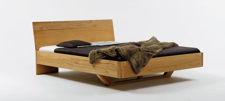 Bett mit kräftigem Rahmen