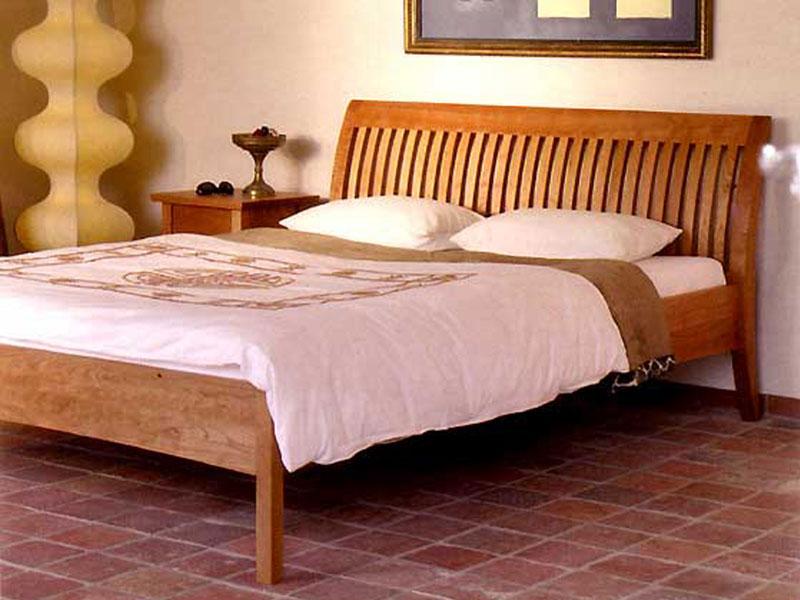 Bett mit Sprossenlehne