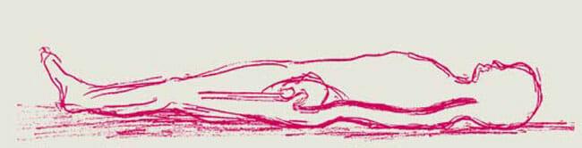 Liegender mit gestreckter Wirbelsäule