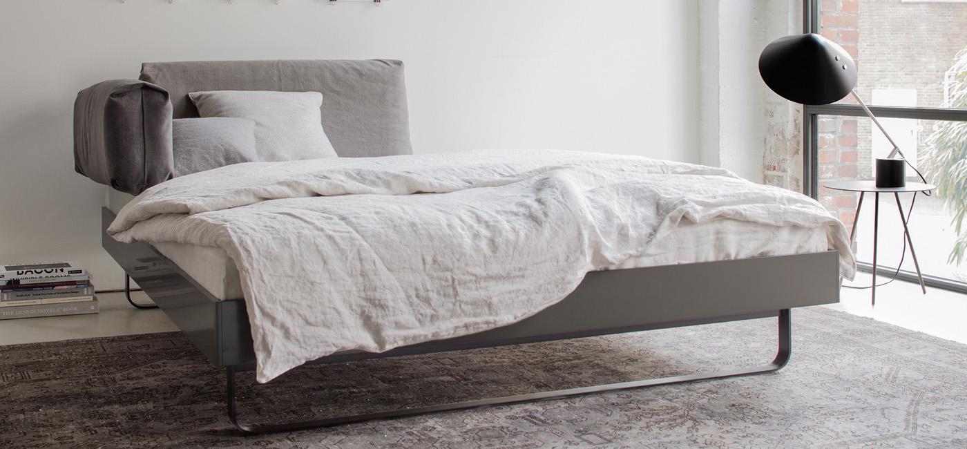 Bett mit Alu-Rahmen