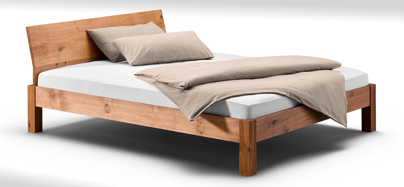 Schlichtes Bett mit gewinkeltere Lehne