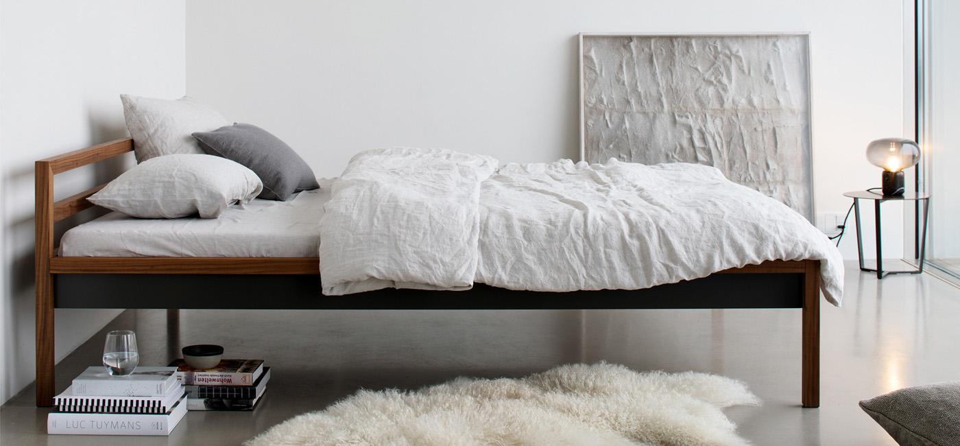 Bett aus Alumium und Holz