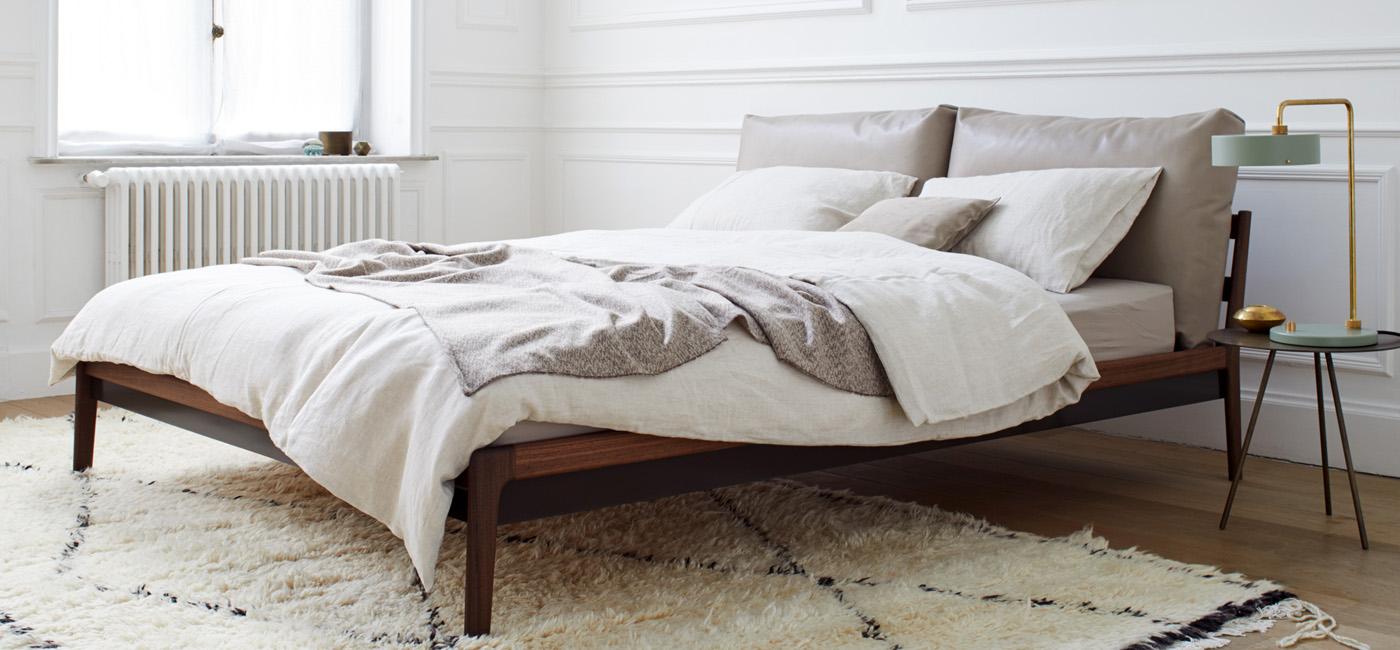 Hochwertiges Bett mit Polsterkissen
