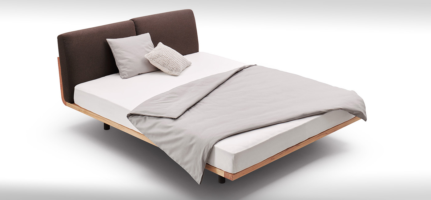 Bett mit Rückenpolster
