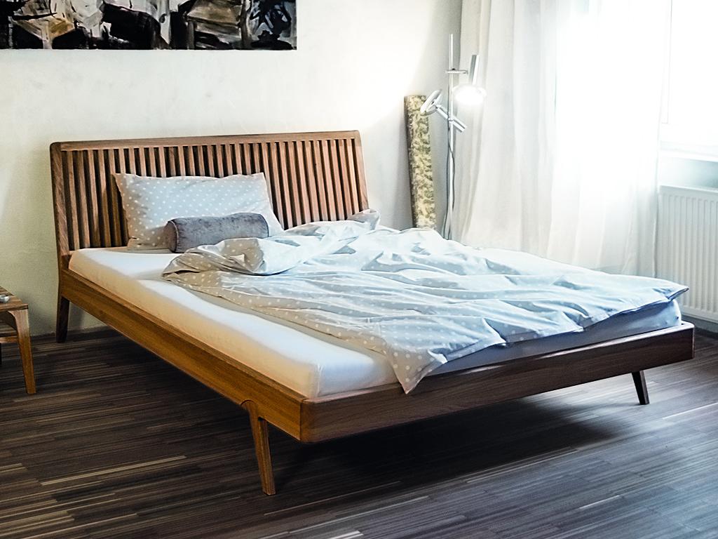 Bett im Landhausstil