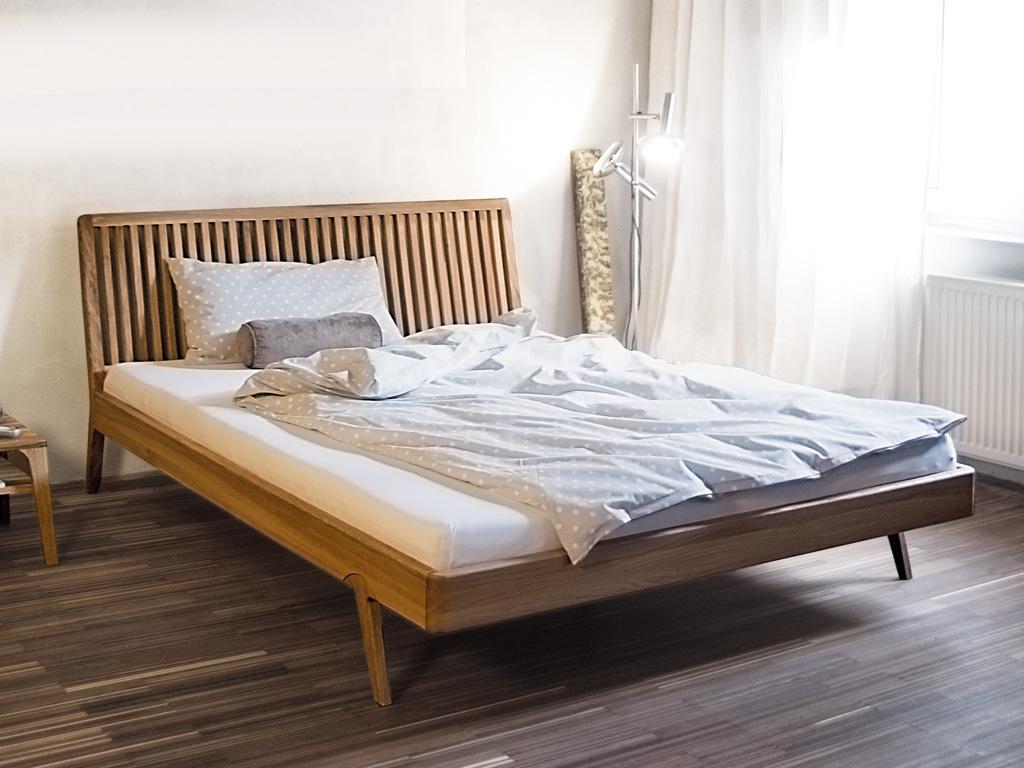 Bett mit Gitterlehne